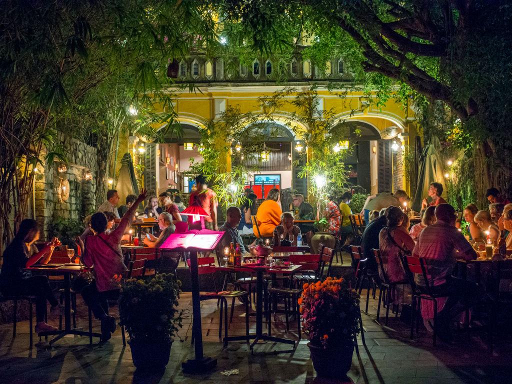 dim restaurant lighting slows dining