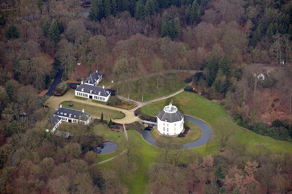 Princess Beatrix of the netherlands lives in Drakensteyn Castle