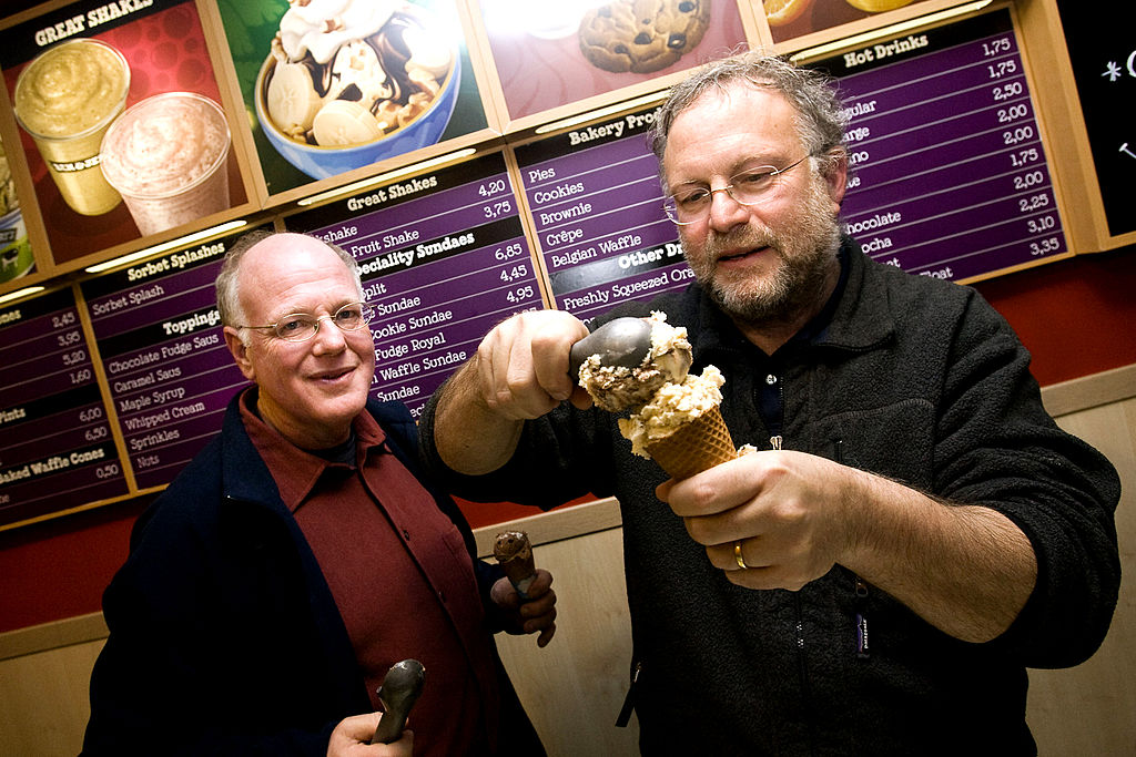 ice cream makers Ben Cohen (L) en Jerry Greenfield, founders of the brand, Ben & Jerry's