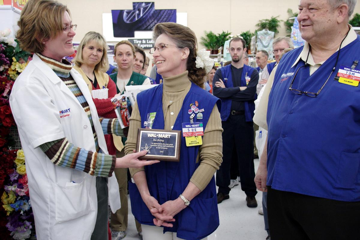 employee receiving an award