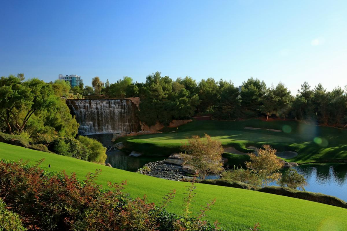 The 18th hole at the Wynn Golf Club features a waterfall/