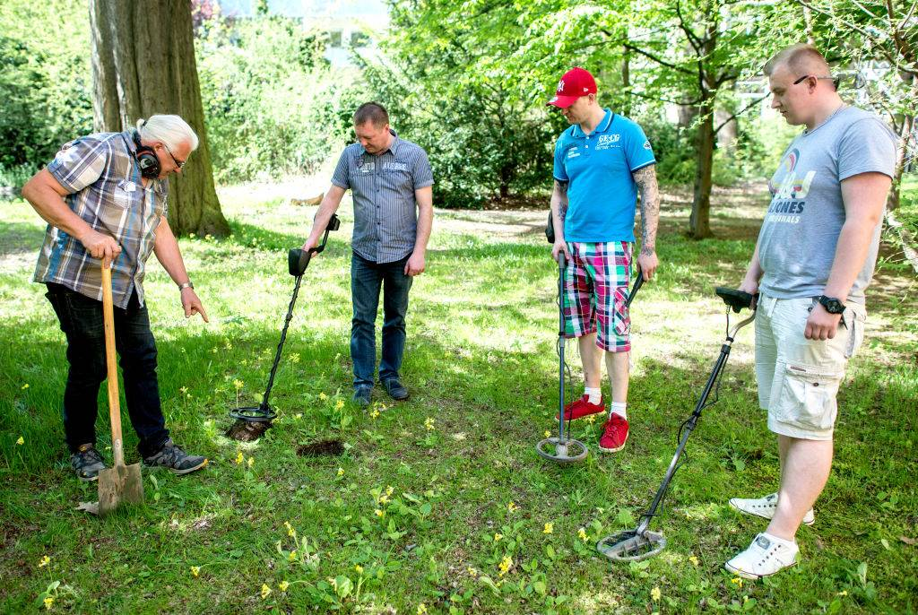 participants of a course how to properly use a metal detector.