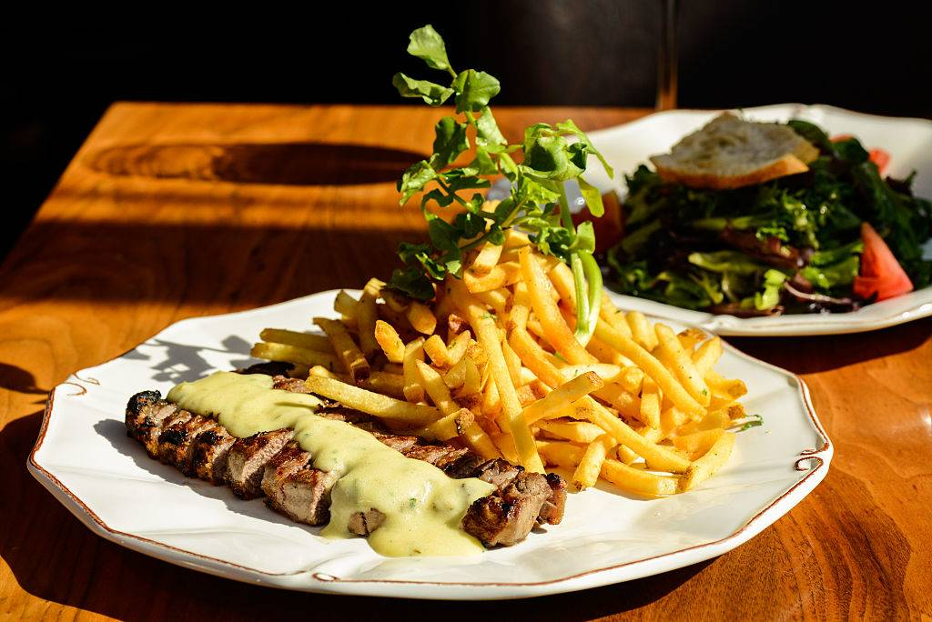 Mixed green salad, steak with bearnaise, fries