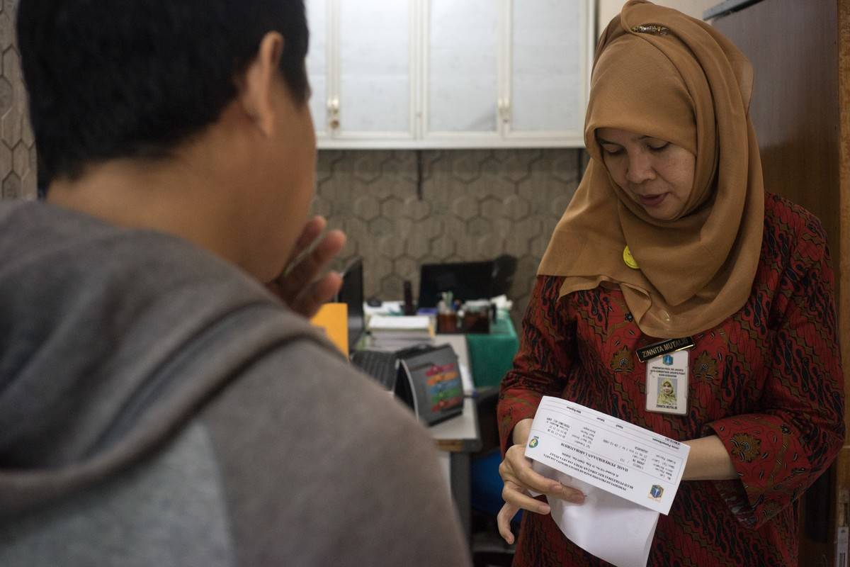 A community healthcare worker talks to a patient.