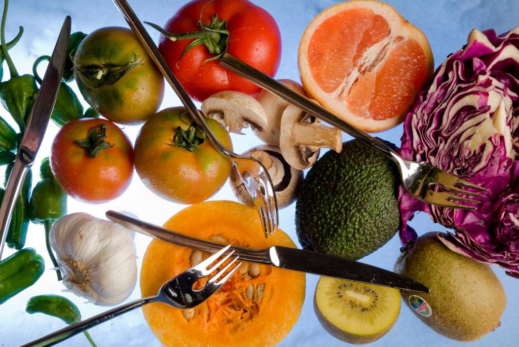 Several vegetables and fruits: grapefruit, cabbage, peppers, tomatoes, avocados, squash, garlic mushrooms and kiwis