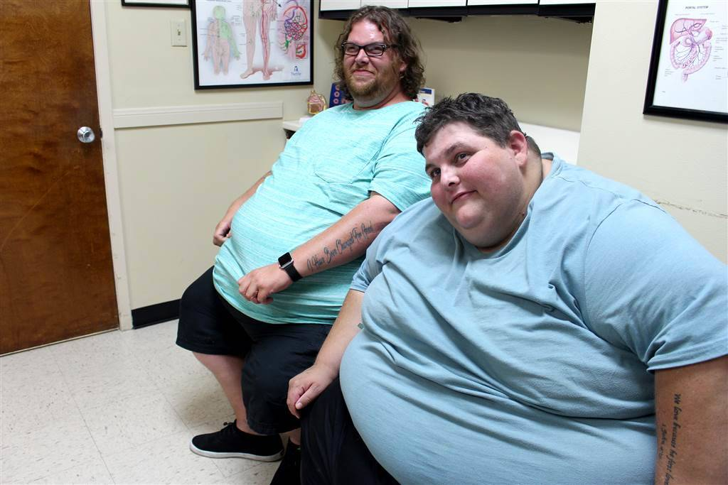 Two guests of My 600-lb Life sit in a doctor's office.