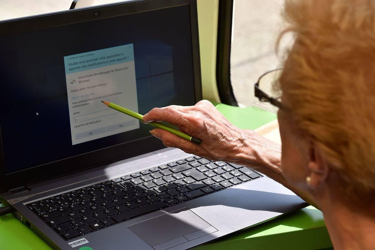 senior-on-computer