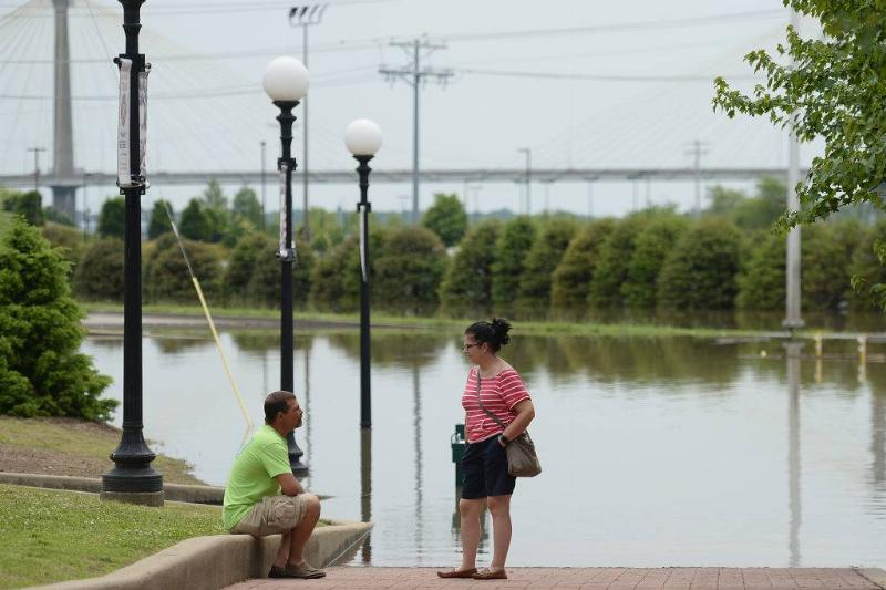 a man and woman talking in Alton, Illinois